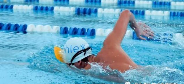蛙泳太难了,先学自由泳吧!伸出手臂五周学会自由泳