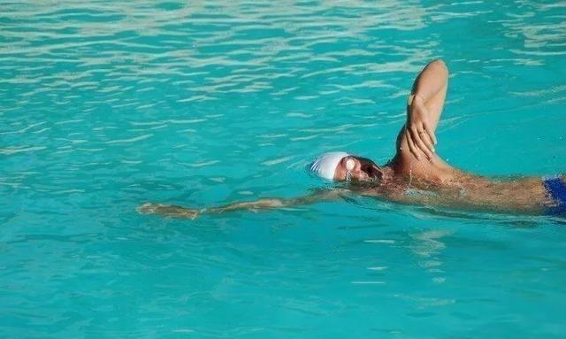 自由泳游进别扭,顺序搞错了?换气不够?腰腹无力?