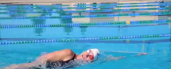 自由泳换气绝招,良好换气要让头部放松下来