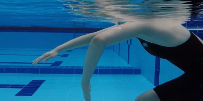 自由泳划水动作,要会运用肩背与腰腹来促进划水