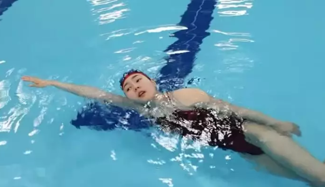 自由泳换气时的压水动作如何改正?