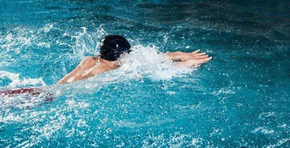 蛙泳换气不下沉的技巧,蛙泳换气下沉错误纠正