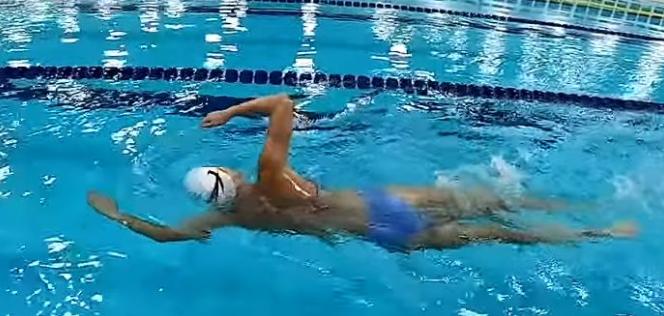 自由泳入水后的手臂伸展动作要领