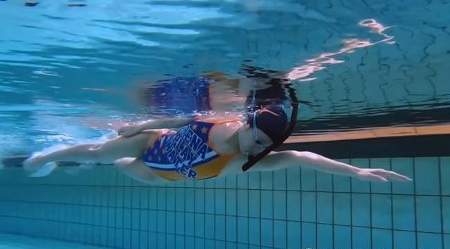 自由泳练习要摆脱吃力感,放松轻松是力量发挥的前提