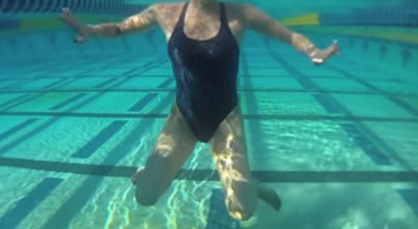 游泳踩水如何做到轻松自如?