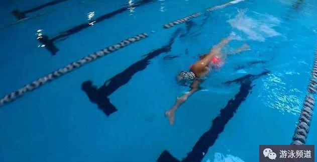 自由泳游进时,手掌的错误动作