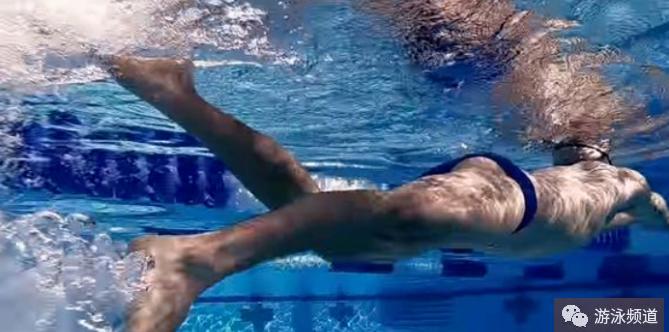 自由泳打腿的五个常见错误动作