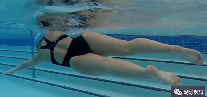 自由泳导致腿部下沉的动作细节