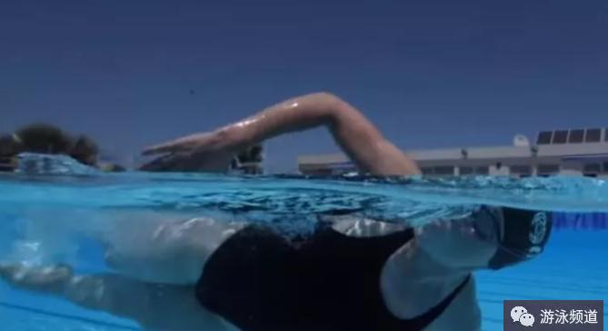 初学自由泳换气不呛水,其实很容易