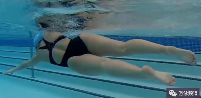 全浸式游泳,二拍打水的动作顺序