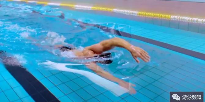 自由泳入水时拖肘问题,告诉你改善方法