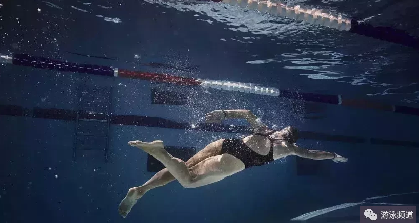 自由泳打腿效果提高,掌握这些关键因素