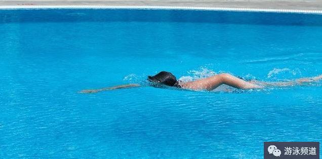 自由泳打腿身体下沉,如何打好自由泳腿
