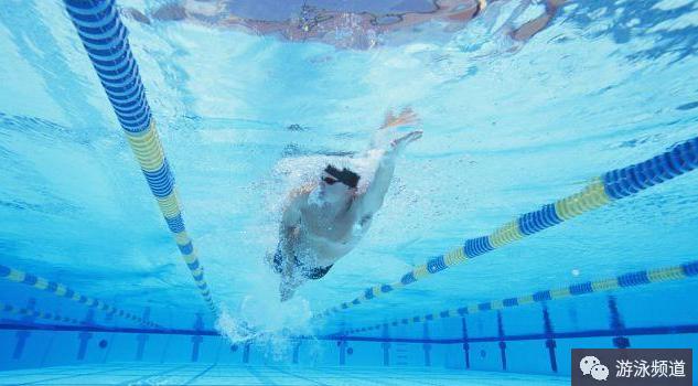 自由泳打腿四字口诀,增加动力