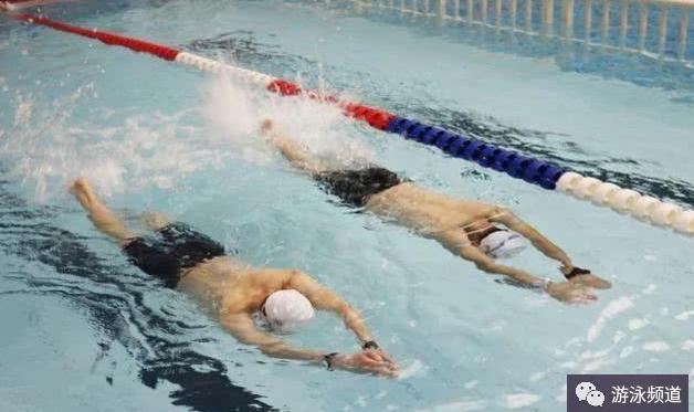 自由泳打腿正确的配合时机