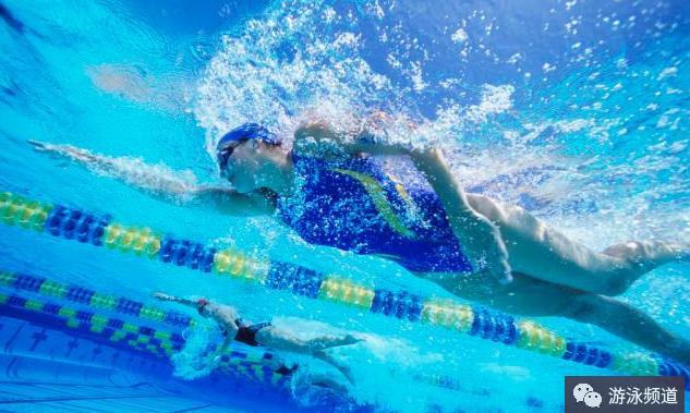 自由泳2次打腿技术图解