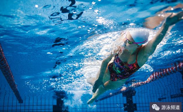 自由泳的6次打腿技术图解,分解教学动作