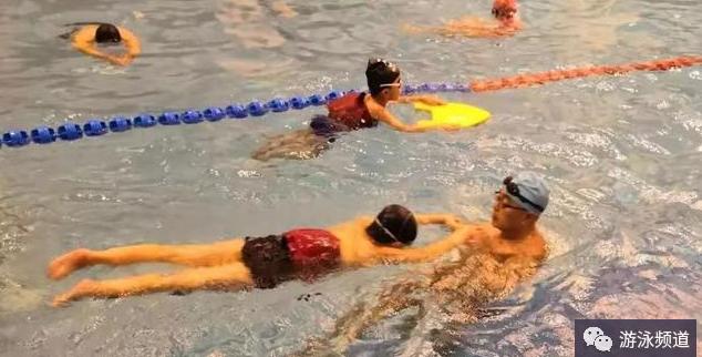 蛙泳蹬腿学习,注意两个关键练习环节