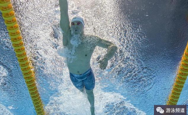 自由泳手臂入水时,利用好身体的中线和肩的延长线