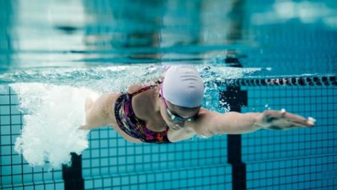 自由泳手臂划腿部的配合时机