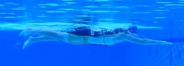 自由泳打腿,利用两个技巧学习鞭腿