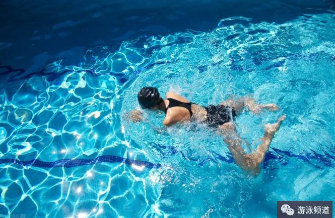 蛙泳蹬腿,是蛙泳的主要动力