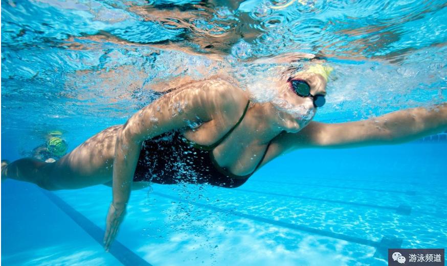 正确的自由泳移臂