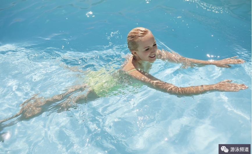 自由泳回臂时手臂入水的位置