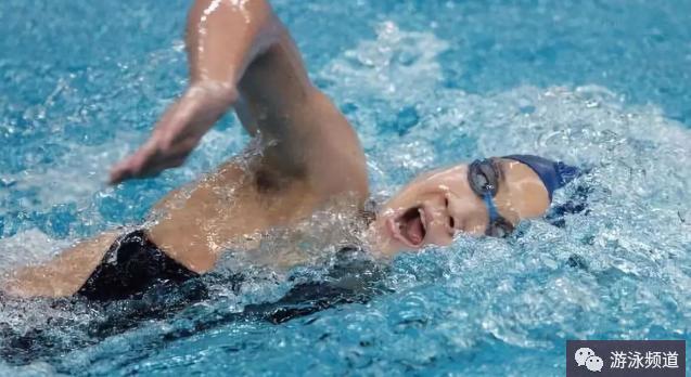 自由泳转身呛水,主要有两个原因