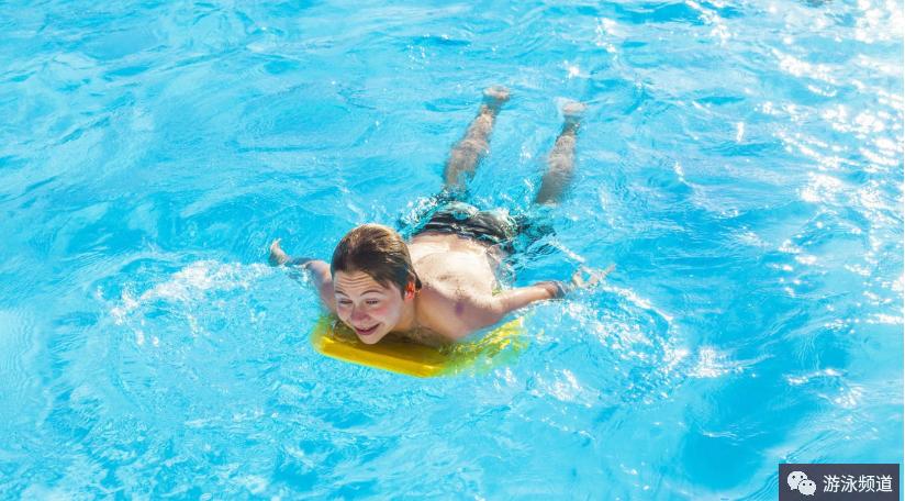 改善蛙泳划水和头部位置的练习