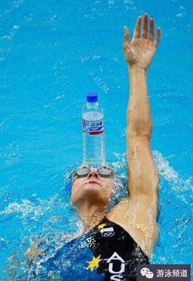 一个训练方法,让你游出仰泳的直和平衡