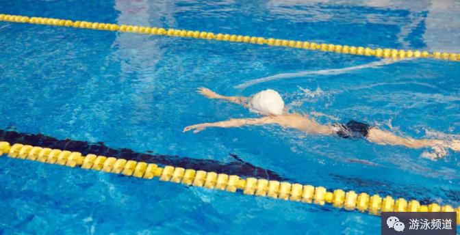 初学蛙泳技术:水中各种蹬夹腿练习
